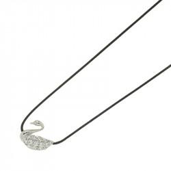 Collier Elsa Lee Paris en argent 925, motif cygne recouvert d'oxydes de Zirconium, sur cordon ciré noir.
